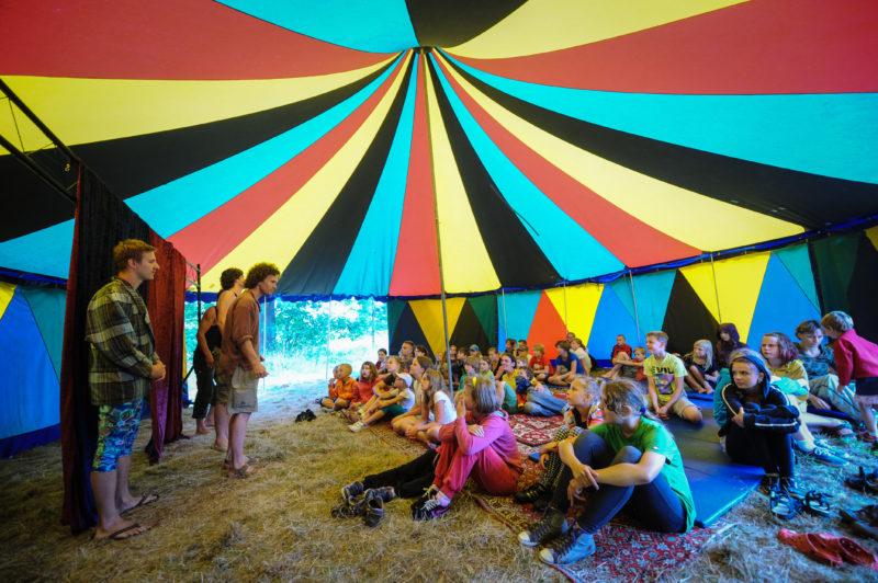 CYRKUS im Zelt während des Sommerprojektes